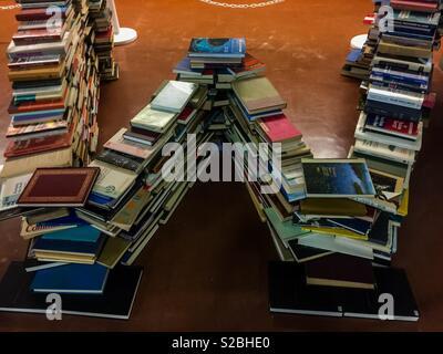 Buchskulptur, Buchstabe W oder M, aufgestellt in einer Bibliothek, aus seiner Sammlung von Materialien, Ontario, Kanada Stockfoto