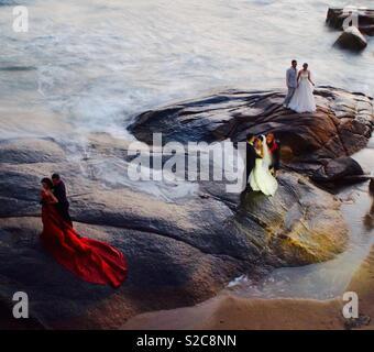 Chinesische Paare Hochzeitsfotos auf Xiamen Strand während der Chinesischen Nationalfeiertag Woche genommen. Oktober 3, 2018 - Stockfoto