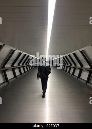 Man Walking smart Anzug tunnel - Stockfoto