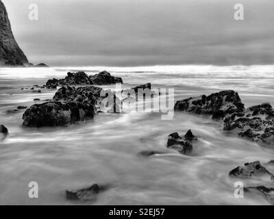 Flut Waschen um Felsen an der Küste Gowers, Wales, November. - Stockfoto