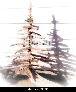 Überbelichtetes Foto von einem Weihnachtsbaum aus Treibholz, mit Schatten - Stockfoto