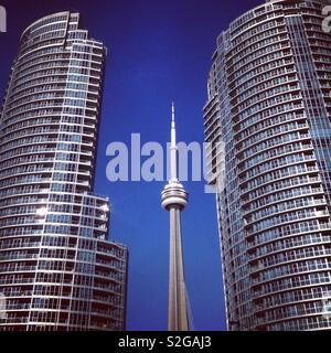 CN Tower zwischen zwei hohen Wohnblocks in Toronto, Kanada. - Stockfoto
