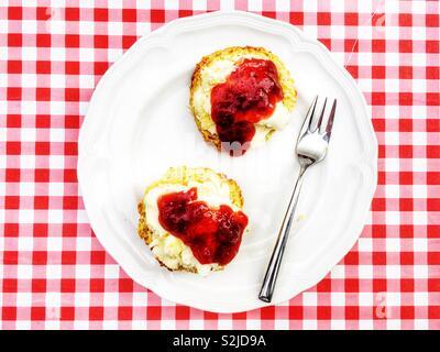 Hausgemachte Scones mit Clotted Cream und Erdbeermarmelade - Stockfoto