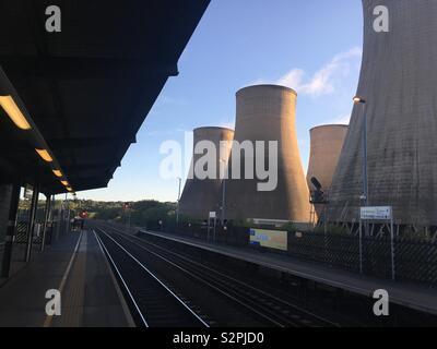 Plattform Blick auf East Midlands Parkway Bahnhof mit powerstation Kühltürme im Hintergrund - Stockfoto