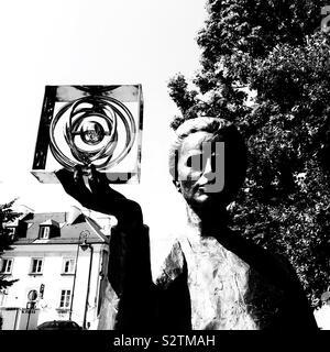 Warschau Polen Statue von edlen Preisgekrönte Wissenschaftlerin Marie Curie Holding ein Modell der Hanauer atom Po 84 - Stockfoto