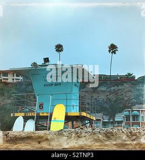 Iconic Kalifornien Rettungsschwimmer stand mit surfbrettern am Strand in Orange County, CA. - Stockfoto