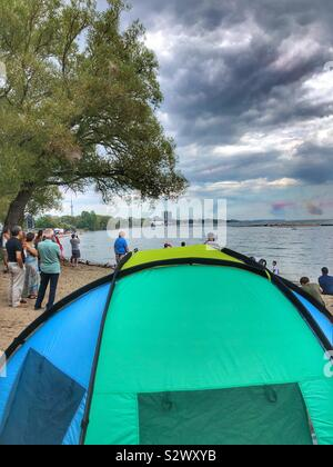 Die Leute zu beobachten die Toronto Air Show am Ufer des Lake Ontario. - Stockfoto
