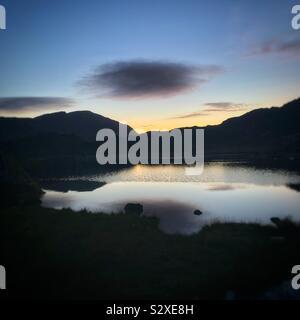 Dämmerung nach Sonnenuntergang, bei Innominate Tarn, auf Heuballen, im englischen Lake District, Cumbria. - Stockfoto