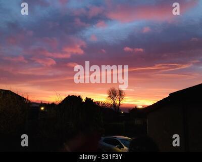 Der Pfeil zeigt den Weg zum Beginn eines schönen Tages - Stockfoto