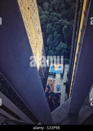 Hoch aufragende Gebäudeansicht von oben. Stockfoto