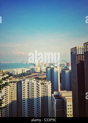 Blick auf die Insel Penang am oberen Rand eines Gebäudes. Stockfoto