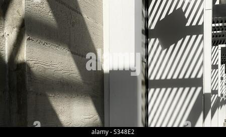 Abstraktes Muster, das durch Schatten auf Betonaußenwänden erzeugt wird - Stockfoto