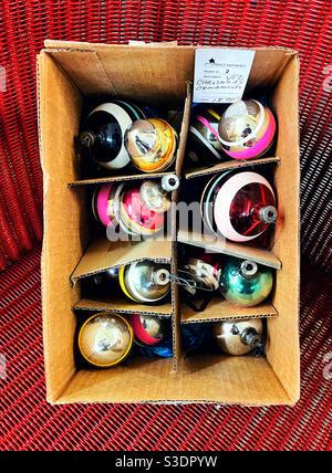 Vintage Weihnachten Blasen Ornamente in und alten Karton auf Roter Korbsessel