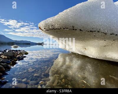 Die Eisscholle aus dem jährlichen Bruch des Meeres- und Flusseises im Kotzebue Sound in der arktischen Region Alaskas. Kotzebue, Alaska, USA