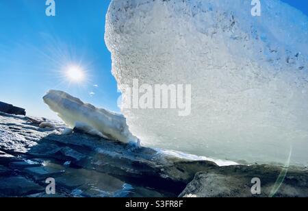 Beachene Eisschollen im Kotzebue Sound nach dem jährlichen Frühjahrsbruch von Meer- und Flusseis in der arktischen Region Alaskas. Kotzebue, Alaska, USA