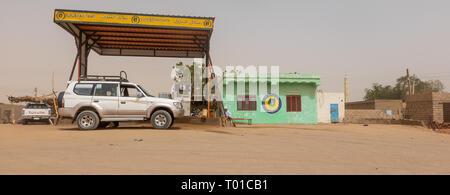 Dongola, Sudan, Februar 7., 2019: kleine Tankstelle mit Hellgrün tank keeper Gebäude in der Wüste des Sudan - Stockfoto