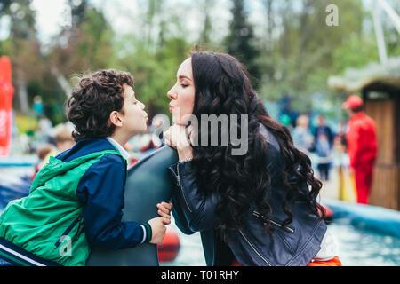 Sohn und Mutter in den Vergnügungspark. - Stockfoto