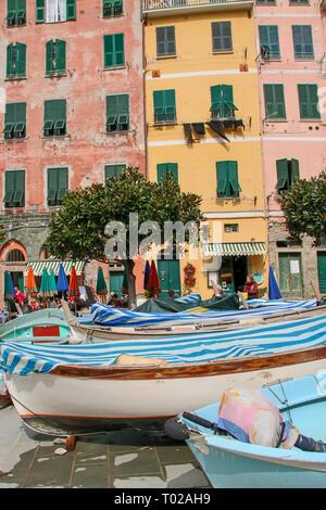 Blick auf die malerische Stadt von Vernazza, einer der fünf Länder, die Cinque Terre in Ligurien, Italien - Stockfoto