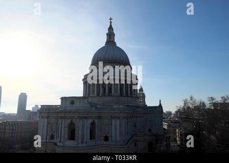 Blick auf die St. Pauls Cathedral Gebäude aus Eine neue Änderung in der City von London UK KATHY DEWITT - Stockfoto