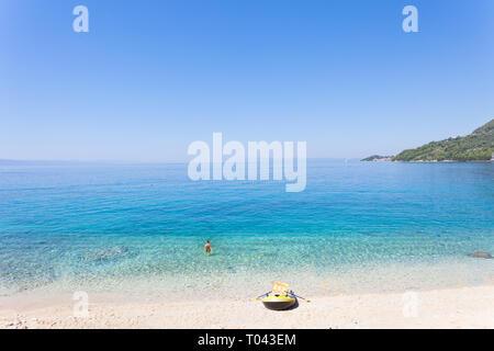 Drasnice, Dalmatien, Kroatien, Europa - Ruderboot am wunderschönen Strand von Podgora - Stockfoto