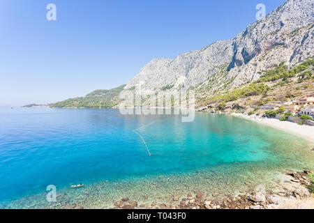 Drasnice, Dalmatien, Kroatien, Europa - Überblick über die schöne Bucht von Podgora - Stockfoto
