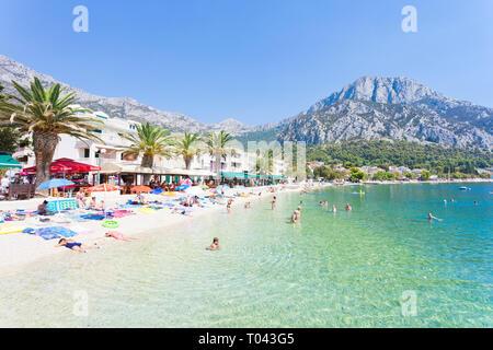 Korcula, Dalmatien, Kroatien, Europa - August 24, 2017 - Mehrere Touristen Baden und Entspannen am Strand von Gradac. - Stockfoto