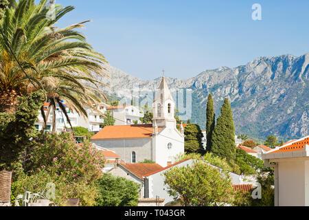 Brist, Dalmatien, Kroatien, Europa - Kirche von Brist vor den Bergen - Stockfoto