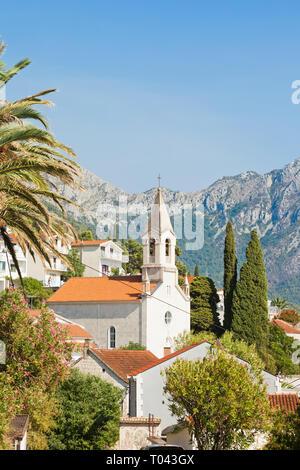 Brist, Dalmatien, Kroatien, Europa - Turm der Brist vor den Bergen - Stockfoto
