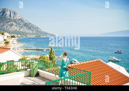 Brist, Dalmatien, Kroatien, Europa - eine Frau, ein Bild von der wunderschönen Bucht von Brist - Stockfoto