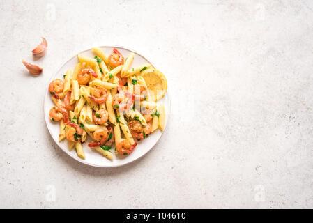 Nudeln mit Garnelen oder Shrimps, Ansicht von oben, kopieren. Zitrone Nudeln mit Sautierten Garnelen, frische Meeresfrüchte. - Stockfoto