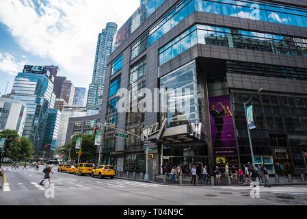 New York City, USA - 28. Juli 2018: Jazz Lincoln Center, Broadway mit Verkehr von Taxis und Menschen in Manhattan, New York City, USA - Stockfoto