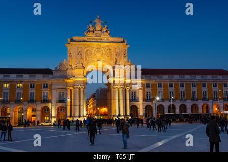Triumphbogen der Rua Augusta in der Dämmerung, Handel Platz. Lissabon, Portugal. Europa - Stockfoto
