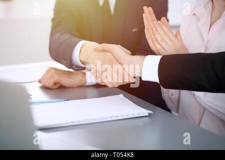 Geschäft Leute die Hände schütteln bis Beendigung einer Versammlung. Händeschütteln nach erfolgreichen Verhandlungen - Stockfoto
