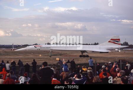 British Airways Concorde supersonic Airliner, Seriennr. G-BOAC, in Richtung der Start- und Landebahn am Internationalen Flughafen Birmingham im Oktober 2003 rollen. - Stockfoto