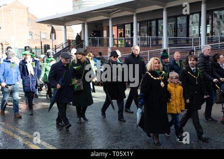 """Cheshire, Großbritannien. 17. März 2019. Die jährliche St. Patrick's Day Parade statt, um 10.30 Uhr beginnend am Morgen von der irischen Verein in Orford Lane in """"Der Fluss des Lebens"""" in der Bridge Street im Stadtzentrum, wo sehr kurz gehalten wurde der 25. Jahrestag der Bombardierung Warrington Credit: John Hopkins/Alamy Leben Nachrichten zu erinnern - Stockfoto"""