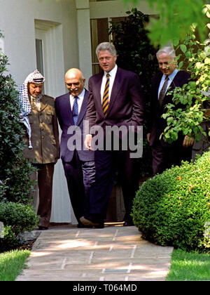 Von links nach rechts: Vorsitzende Yassir Arafat der Palästinensischen Autonomiebehörde, König Hussein des Haschemitischen Königreichs Jordanien, Präsidenten der Vereinigten Staaten Bill Clinton, und Premierminister Benjamin Netanjahu in Israel lassen Sie das Oval Office im Weißen Haus in Washington, DC, nach Ihren Gesprächen am 1. Oktober 1996. Credit: Ron Sachs/CNP | Verwendung weltweit - Stockfoto