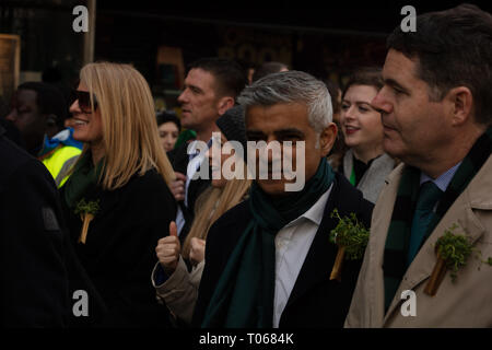 London, Großbritannien. 17. März, 2019. Bürgermeister von London, Sadiq Khan, mit einem grünen Schal, Spaziergänge an der Vorderseite des St Patrick's Day Parade in London in der Nähe von Piccadilly, Großbritannien, heute. Credit: Joe Kuis/Alamy leben Nachrichten