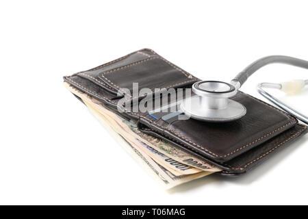 Stethoskop auf die Brieftasche auf weißem Hintergrund. Konzept der Finanzkrise und sparen Krankenversicherung - Stockfoto