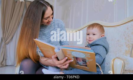Die junge Mutter und ihr Baby Sohn gesucht Fotobuch - Stockfoto