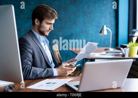 Business Mann im Büro arbeiten mit Laptop und Unterlagen auf seinem Schreibtisch, Berater Rechtsanwalt Konzept. - Stockfoto