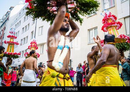 Auf Ganesh Chaturthi Festival in Paris, die Feier der Geburt von Ganesha, bare-chested männliche Tänzer und Musiker Parade in einem öffentlichen Prozession. - Stockfoto