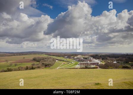 Blick in Richtung Goodwood Estate Pferderennbahn von Trundle (St Roche's Hill) in den South Downs National Park in der Nähe von Chichester, West Sussex, Großbritannien - Stockfoto