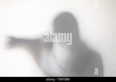 Photorgapher mit Kamera hinter dem Vorhang. Blurry menschliche Figur Abstraktion. - Stockfoto