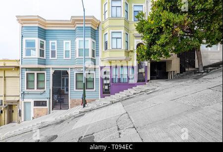 Klassische städtische Szene der historischen farbenfrohe Gebäude entlang eine der steilsten Straßen von San Francisco in der Nähe von Telegraph Hill Wohngegend Bezirk - Stockfoto