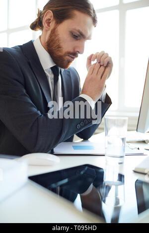 Mann bei der Arbeit mit dem Dokument - Stockfoto