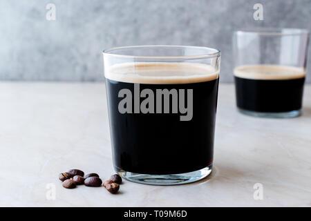 Schaumige kalte Gebräu Nitro Kaffee mit Bohnen bereit zu trinken. Bio Getränke mit Koffein - Stockfoto