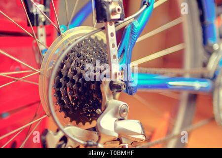 Detail der Veränderung - Geschwindigkeit auf dem Fahrrad. Geschwindigkeit ändern. Hinterrad. Stahl Fahrradkette. Getriebe Zahnräder close-up - Stockfoto