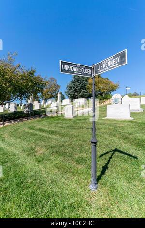 Zeichen den Weg zum Grab des unbekannten Soldaten und Präsident J F Kennedy's Grab. - Stockfoto