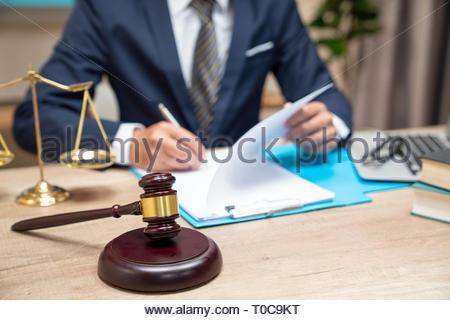 Männliche Anwalt arbeiten mit Vertrag Papiere und Holz- Hammer auf Tisch im Gerichtssaal. Justiz und Recht, Rechtsanwalt, Richter, Konzept. - Stockfoto