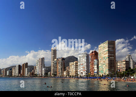 Blick entlang der belebten Playa De Levante Strand, Benidorm Resort, Costa Blanca, Provinz Valencia, Spanien, Europa. - Stockfoto